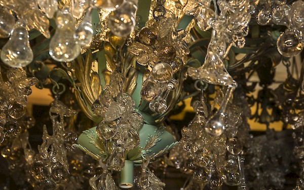 Austrian glass makes up the apples, oranges and pears dangling from the chandelier. (c) Jim Norrena 2016